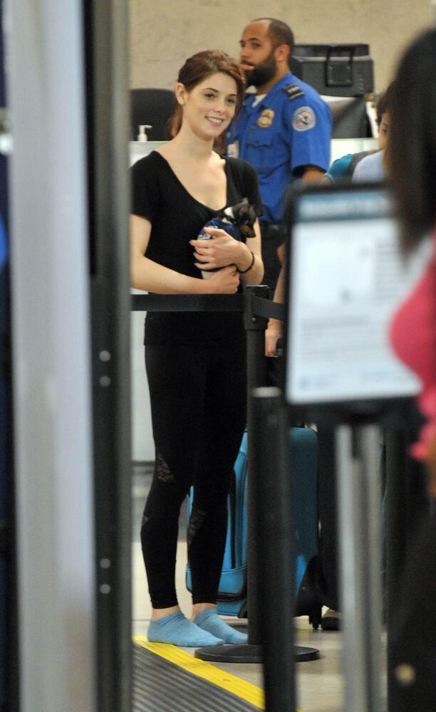 Ashley Green und Hündchen Marlo am Flughafen