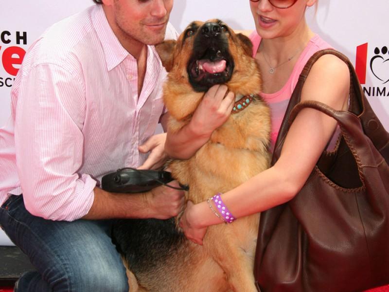 Kaley Cuoco (The Big Bang Theory) und Jaron Lowenstein mit ihrem Schäferhund