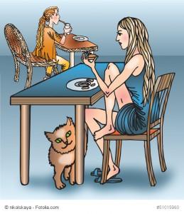 Ein gemaltes Mädchen in einem blauen Kleid sitzt an einem Tisch in einem Café und zu ihren Füßen reibt sich eine Katze am Tischbein