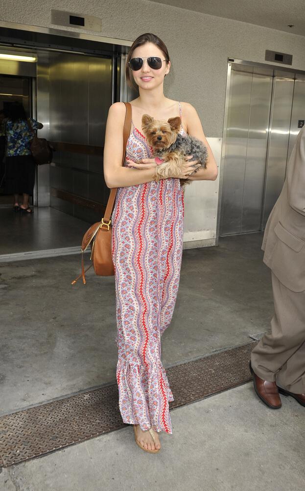 Miranda Kerr und Yorkshire-Terrier Frankie beim Verlassen eines Gebäudes