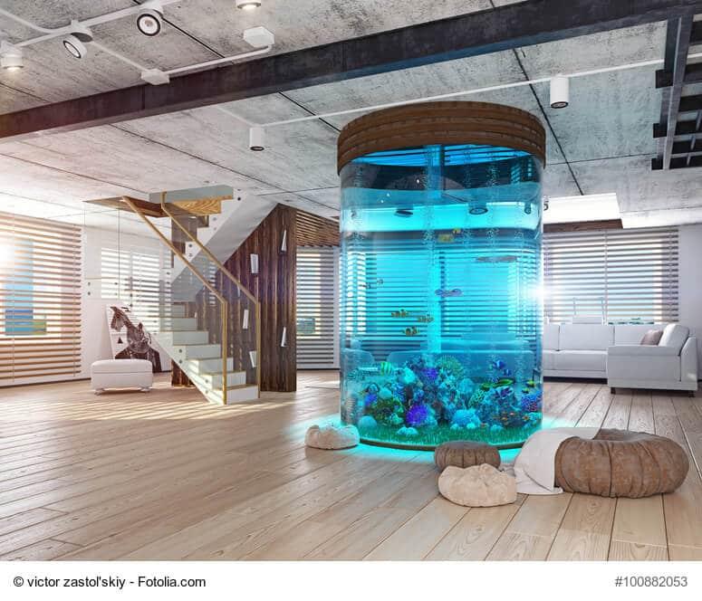 Riesiges rundes Aquarium in der Mitte eines Wohnzimmers