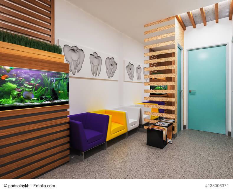 Wartebereich einer Zahnarztpraxis mit Aquarium