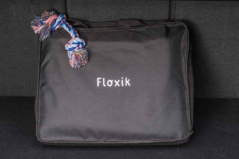 In einer Tasche verpackte Autoschondecke von Floxik mit Zergel als Zugabe