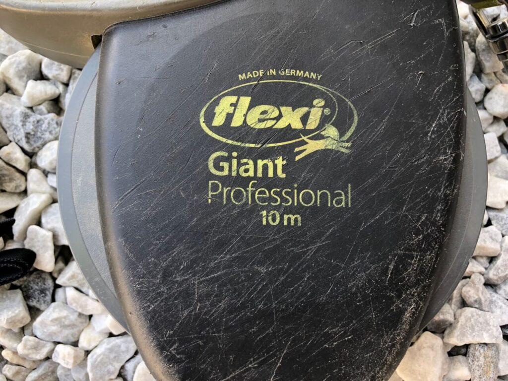 Zerkratzter Haltegriff einer Flexileine Giant Professional 10 m