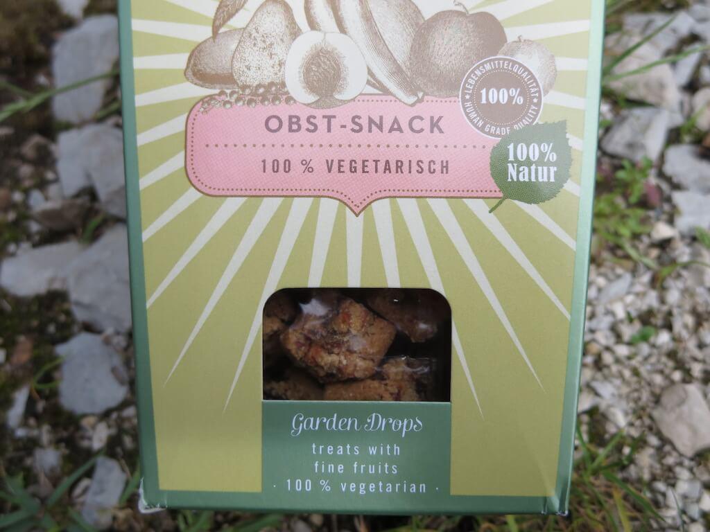 Eine Packung mit Obst-Leckerchen für Hunde