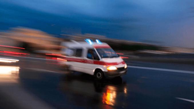 Krankenwagen Nachts auf der Straße