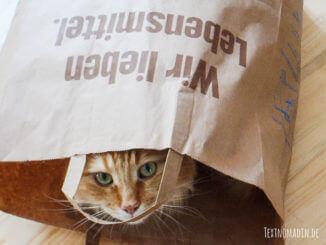 "Katze in ""Wir leben Lebensmittel""-Tüte"