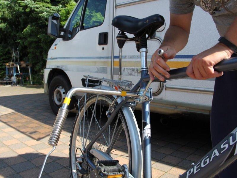 Montage Trixie Bike Set 15: bereits montierte Feder am Abstandshalter.