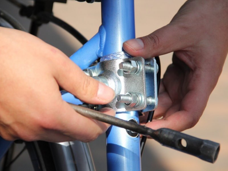 Montage Trixie Bike Set 1: Anbringen des Fahrradhalters an der Sattelstange