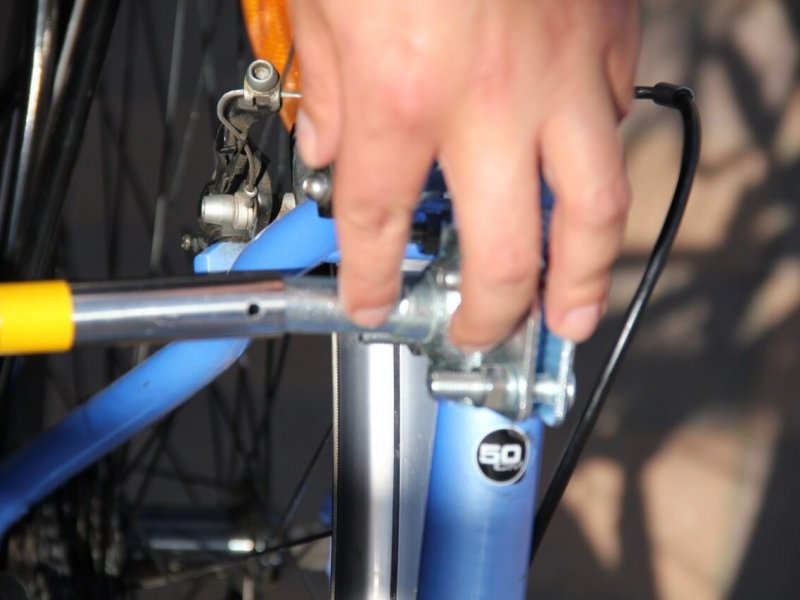 Montage Trixie Bike Set 7: Aufstecken des Abstandhalters