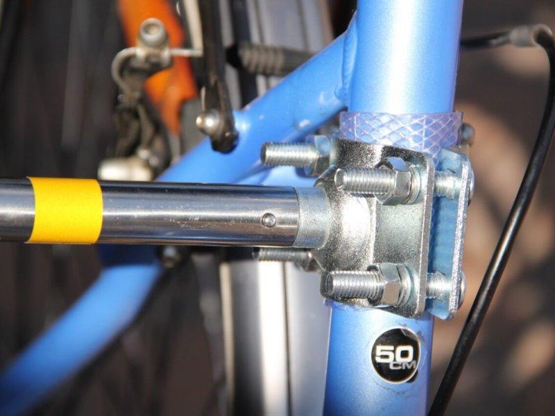 Montage Trixie Bike Set 10: der kleine Stift löst die Arretierung.