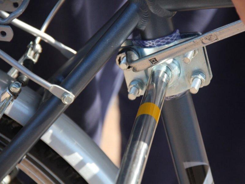 Montage Trixie Bike Set 12: der Fahrradhalter kann mit einem 13er-Schlüssel problemlos auch an ein anderes Fahrrad montiert werden.