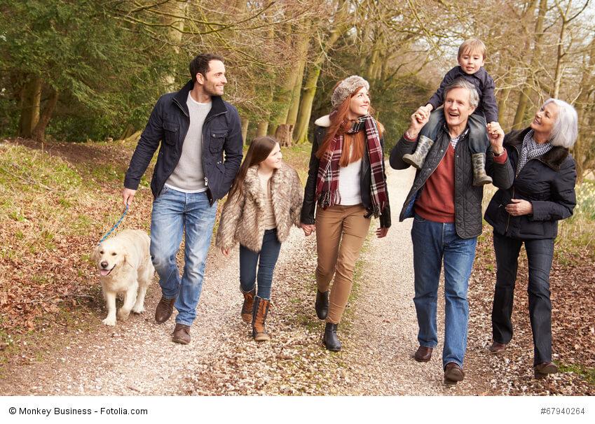 Spaziergang mit der ganzen Familie inklusive Großeltern und Hund