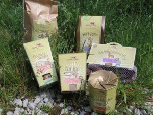 Verschiedene Verpackungen mit Hundesnacks auf einer Wiese