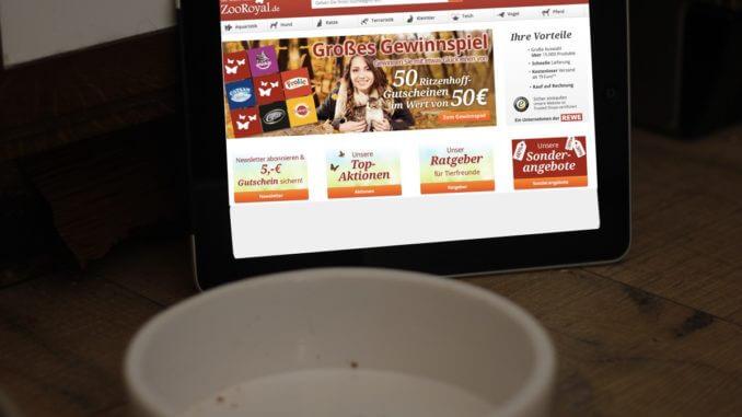 Ein leerer Futternapf und dahinter ein Ipad mit der Webseite von zooroyal